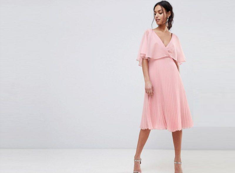 fc69a67b9410 En knälång klänning fungerar bra, eller om du känner för att bära tvådelat  som en blus och kjol eller chinos går det också bra. Men långa klänningar  är lite ...
